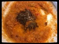 Cibulové a rajčatové pyré podušeno se zázvorem a česnekem a nyní přidáme koření a špenát