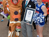 Cat Dascendis (gingerbread), Julia Mitchelmore (cheerleader), 3:46:55 (oba)